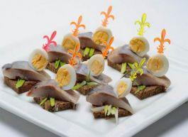 Канапе с сельдью и перепелиным яйцом