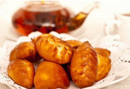 Пирожок с груздями, картофелем и жаренным луком