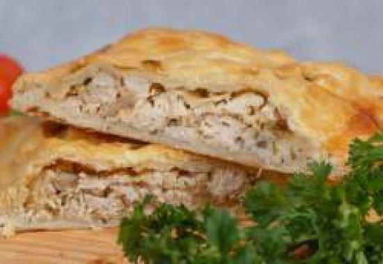 Пирог из слоеного теста (курица, сыр)
