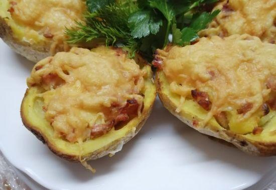 Картофель фаршированный беконом под сыром