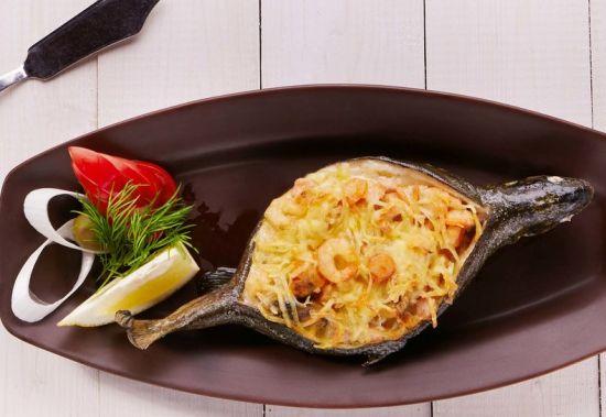 Форель фаршированная мидиями и кальмарами, запеченная с сыром
