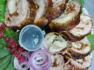Рулет из кролика в беконе с помидорами и луком